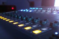 Le mélangeur audio dans le studio, les poignées se déplacent en haut et en bas, tout prêt à enregistrer photographie stock libre de droits