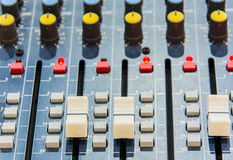 Le mélangeur audio nivelle les boutons (la profondeur du champ) Photos stock