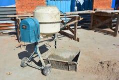 Le mélangeur concret, mélangeur concret est un dispositif qui combine homogènement le ciment, l'agrégat tel que le sable ou le gr photos libres de droits