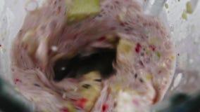 Le mélangeur de jus ont la banane et les ingrédients dans lui clips vidéos