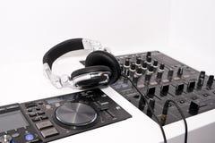 Le mélangeur et les écouteurs du DJ Photo stock