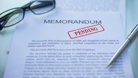 Le mémorandum en suspens, fonctionnaires remettent emboutir le joint sur le document d'entreprise, fin  banque de vidéos