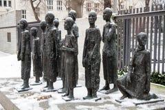 Le mémorial au cimetière juif dans la rue d'hamburger de Grosse en Berlin Mitte a couvert par la neige d'hiver Photos libres de droits