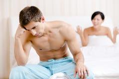 Le ménage marié de jeunes par jeunes discute dans le lit Photo libre de droits
