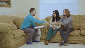 Le ménage marié fait la paix à la réception du ` s de psychologue banque de vidéos