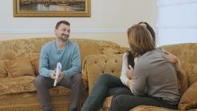 Le ménage marié fait la paix pendant la réception du ` s de psychologue clips vidéos