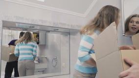 Le ménage marié observe la salle de bains dans une nouvelle maison banque de vidéos