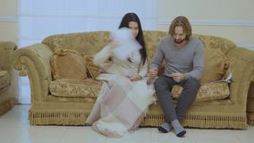 Le ménage marié par adulte se dispute à la maison clips vidéos