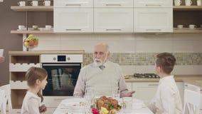 Le ménage utilise une Tablette pour la communication visuelle pendant un dîner de famille clips vidéos