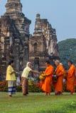 Le mérite traditionnel thaïlandais donnent la nourriture au moine Image stock