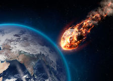 Le météore rougeoyant en tant que lui écrit l'atmosphère terrestre Image libre de droits
