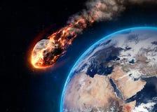 Le météore rougeoyant en tant que lui écrit l'atmosphère terrestre Photos libres de droits