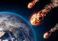 Le météore rougeoyant en tant que lui écrit l'atmosphère terrestre Photographie stock libre de droits