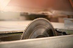 Le métal circulaire a vu Atelier en bois de menuiserie Charpentier Shop photo stock