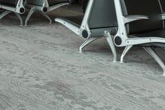 Le métal d'allocation des places d'aéroport a encadré des chaises dans le terminal d'aéroport de Boston Photographie stock