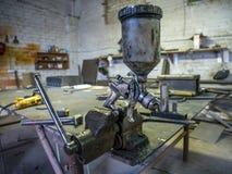 Le métal de fabrication usine le pulvérisateur de peinture de bride Photo stock