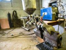 Le métal de fabrication usine le pulvérisateur de peinture de bride Images libres de droits