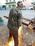 Le métal de sawing d'artisan miroite tout autour de l'atelier photographie stock libre de droits