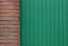 Le métal et le mur de briques verts peuvent employer pour le fond Photographie stock libre de droits