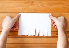 Le métal joint par main boutonne l'annonce de papier L'annonce de papier vide desserrent le congé images libres de droits