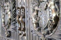 Le métal moulé lourd manipule avec des ornamen floraux volumineux photographie stock