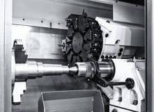 Le métal ouvré industriel ennuient le processus de usinage par l'outil de coupe sur le tour automatisé Photos libres de droits
