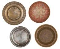 Le métal quatre antique a peint des plats d'isolement sur le fond blanc Rétro type cru photos stock