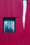 Le métal rouge a ridé le mur avec la fenêtre et la saucisse Photos stock