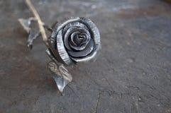 Le métal s'est levé sur le fond en bois minable Photo libre de droits