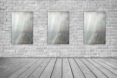 Le métal trois se connectent le mur de briques gris et le plancher en bois Photo stock