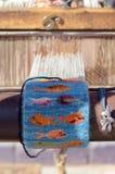 Le métier à tisser en bois de vintage avec le demi knit a coloré le tapis dans des fils Photographie stock libre de droits
