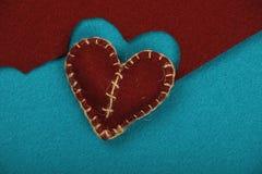 Le métier de feutre et le coeur brun d'art ont coupé sur le bleu Images stock
