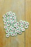Le métier de la fleur de papier a placé un coeur de l'amour sur le plancher en bois Photo libre de droits