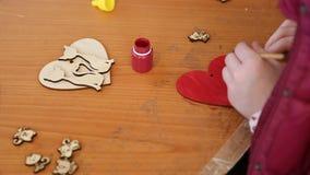 Le métier et le fabricant classent, enfant colorant le coeur en bois, passe-temps, cours fait main clips vidéos