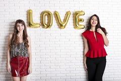 Le même concept d'amour de sexe Deux belles filles de femmes de femelles de communauté de lgbt avec long valent heureux magnifiqu Photographie stock libre de droits