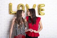 Le même concept d'amour de sexe Deux belles filles de femmes de femelles de communauté de lgbt avec long valent heureux magnifiqu Photo libre de droits