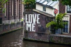 Le ` m'aiment le ` - inscription sur le mur du canal de rivière Photographie stock
