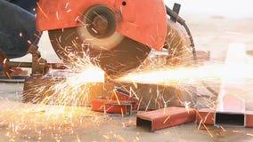 Le m?canicien coupe l'acier avec une machine avec beaucoup d'?tincelles clips vidéos