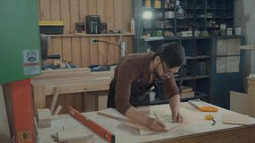 Le maître conçoit les meubles, fait la majoration sur la barre en bois clips vidéos