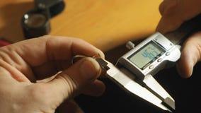 Le maître de bijou a mesuré la taille de la pierre gemme pour une fin de rin vers le haut de mouvement lent de vue banque de vidéos