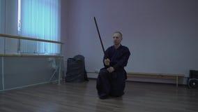 Le maître de Kendo dans le kimono japonais exécute des exercices avec l'épée dans la fierté de Halloween banque de vidéos