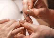 Le maître de la manucure peint des ongles Image libre de droits
