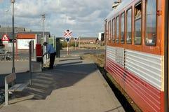 Le maître de train vide la boîte aux lettres dans Thyboroen Image stock