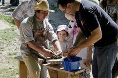 Le maître enseigne à poterie chacun Images libres de droits