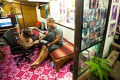 Le maître fait le bambou traditionnel de tatouage Image stock