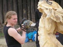 Le maître fonctionne au-dessus de la création de la sculpture en bois Images libres de droits