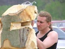 Le maître fonctionne au-dessus de la création de la sculpture en bois Photos libres de droits