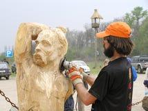 Le maître fonctionne au-dessus de la création de la sculpture en bois Photo libre de droits