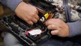 Le maître rassemble l'ordinateur avec ses mains, attache le refroidisseur à la carte mère HD, 1920x1080 Mouvement lent banque de vidéos