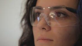 Le maître sur des bijoux de fabrication dans les lunettes est banque de vidéos